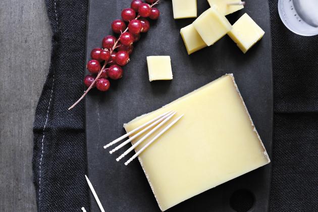 12个月熟化孔泰奶酪与俄罗斯产伏特加