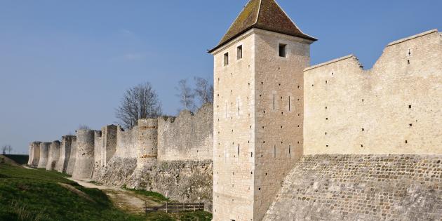 Provins (Seine-et-Marne, France) : les remparts, vus de la porte Saint-Jean vers la Tour aux Engins.