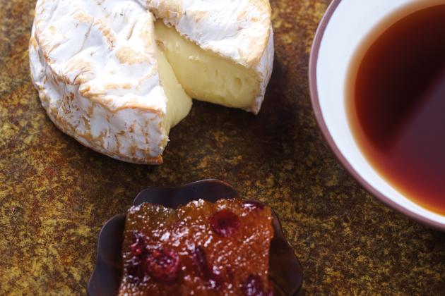 Camembert mole e chá preto da China