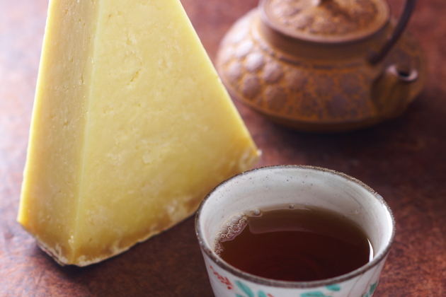 Crumbly Laguiole & Chinese red tea