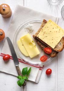 Ambiance culinaire autour de fromages en tranches