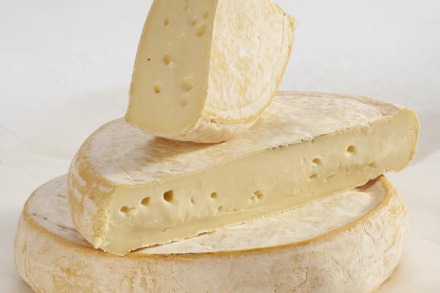 Баклажаны, фаршированные репчатым луком, под хрустящей корочкой из сыра Реблошон
