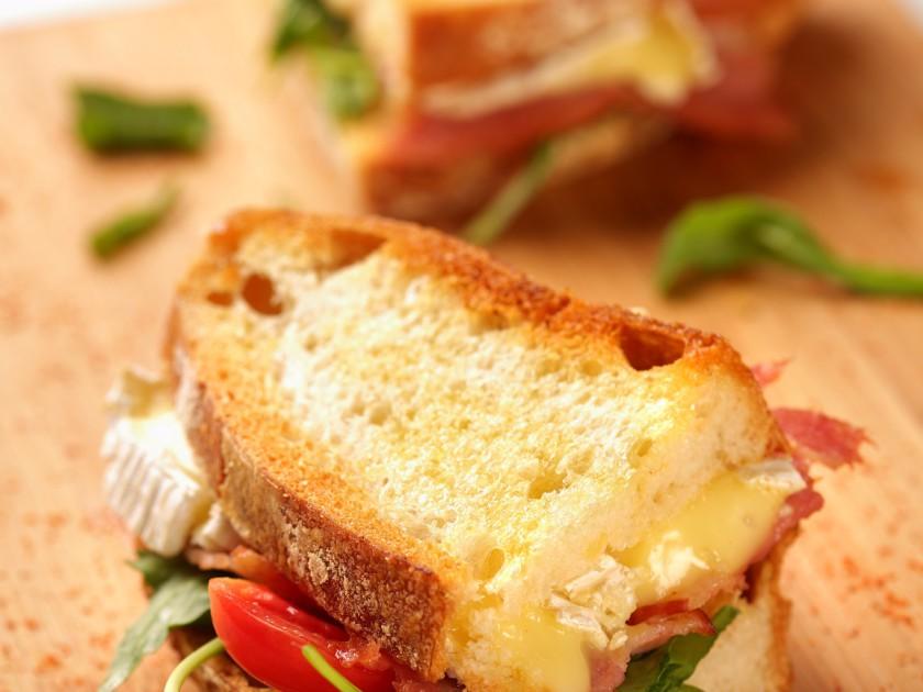 布里奶酪熏肉三明治