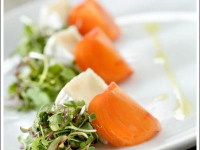 Salade de camembert et kaki avec vinaigrette au miel