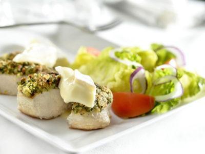 Blanc de poulet enrobé d'herbes et Brie