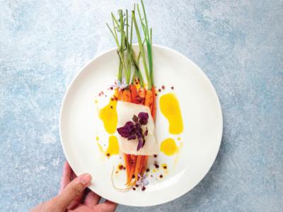 Blanc de cabillaud cuit basse température, jeunes carottes glacées au gingembre et baies roses