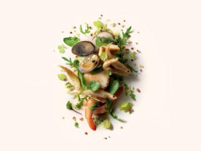 Fruits de mer en salade de cresson et jeunes pousses d'épinards, beurre aux herbes