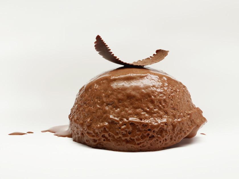 Mousse au chocolat noir et sablés aux fèves de cacao