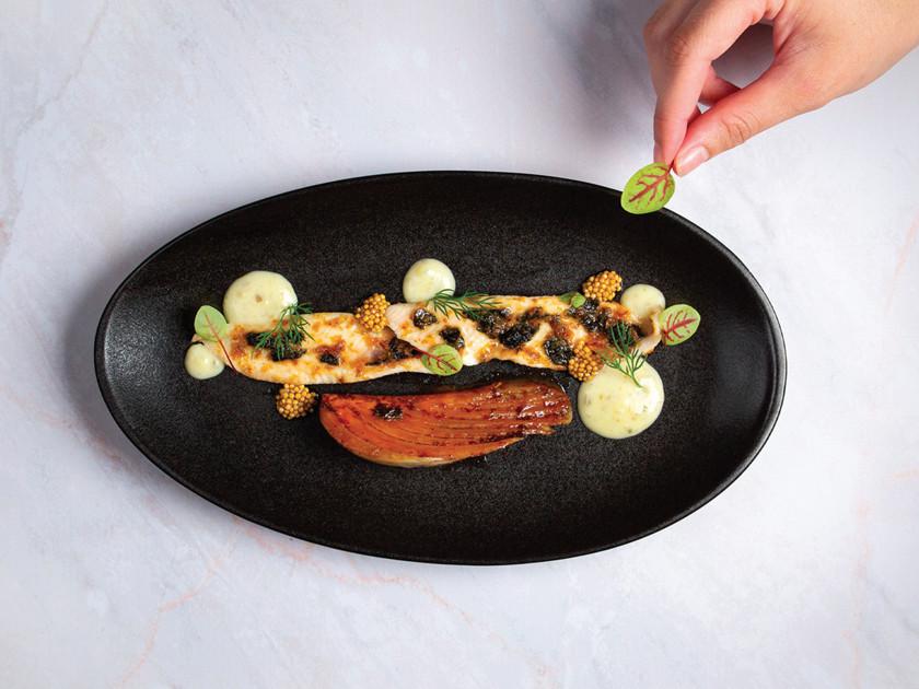 Sole meunière avec beurre d'algues et paillettes de bonite, fenouil, purée de pommes de terre, vinaigre aux graines de moutarde